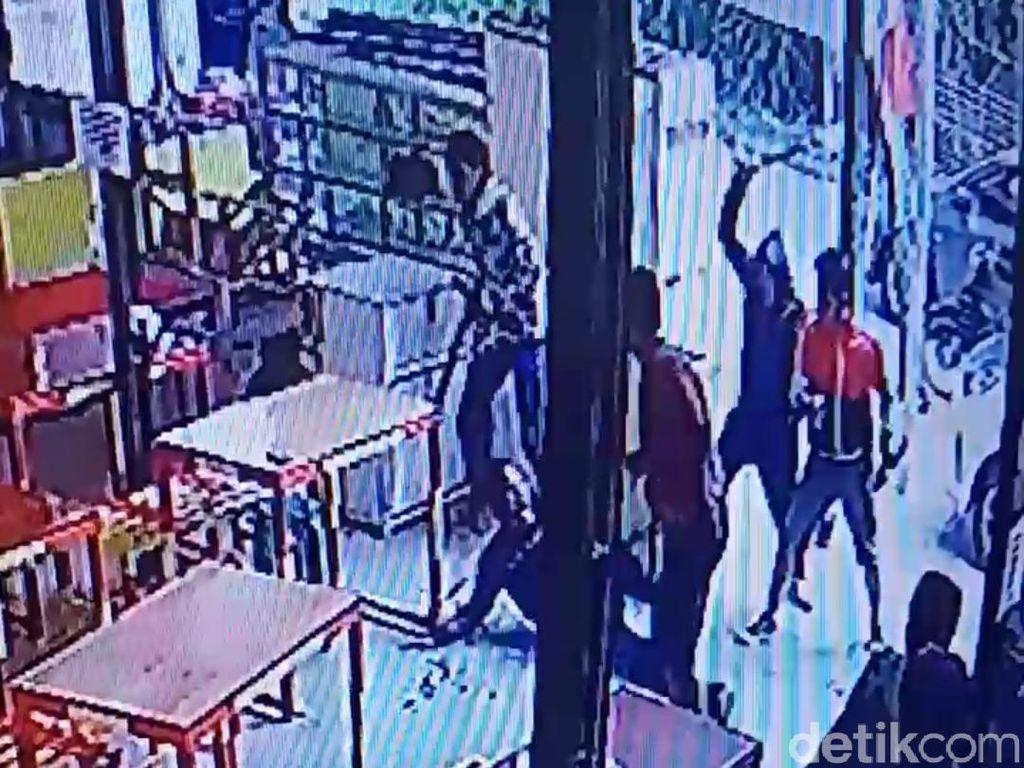 Aksi 5 Pria Brutal Bacok Warga di GBI Bandung Bermotif Dendam
