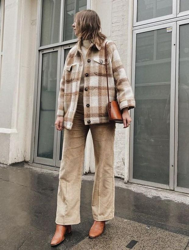 Plaid coat mempunyai daya tarik yaitu motif kotak-kotak.