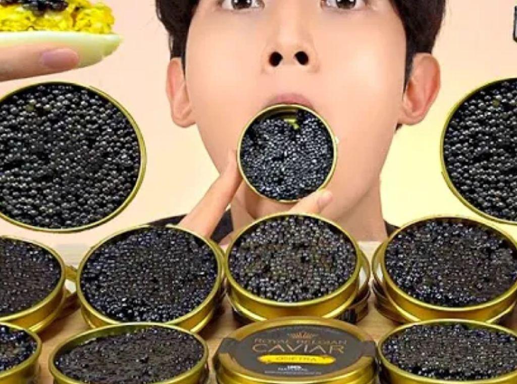 Mewah! Pria Ini Mukbang Kaviar Seharga Rp 14 Juta