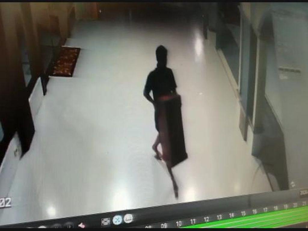 Aksi Pencurian Kotak Amal Masjid di Kudus Terekam CCTV