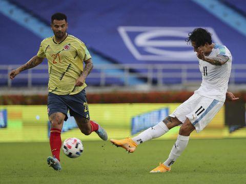 Pemain Uruguay Darwin Nunez mencetak gol ketiga timnya ke gawang Kolombia selama pertandingan kualifikasi Piala Dunia FIFA Qatar 2022 di Stadion Metropolitano di Barranquilla, Kolombia, Jumat 13 November 2020 (Foto AP / Fernando Vergara)