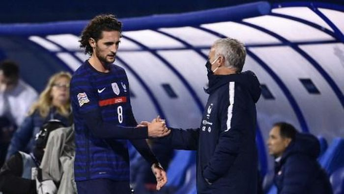 Frances midfielder Adrien Rabiot (L) shakes hands with Frances head coach Didier Deschamps  during the UEFA Nations League Group A3 football match between Croatia and France at the Maksimir Stadium in Zagreb on October 14, 2020. (Photo by FRANCK FIFE / AFP)