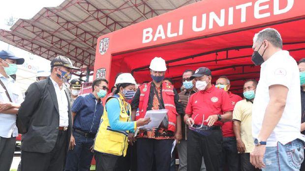 Menpora Zainudin Amali meninjau renovasi Stadion Kapten I Wayan Dipta di Gianyar, Bali, Sabtu (14/11/2020).