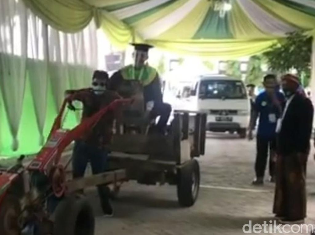 Momen Mahasiswa IAIN Tulungagung Naik Traktor Sawah Saat Wisuda Drive Thru