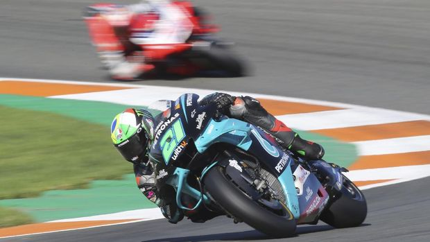Italian rider Franco Morbidelli of the Petronas Yamaha SRT leads the race of MotoGP Valencia Grand Prix in Ricardo Tormo Circuit in Valencia, Spain, Sunday, Nov. 15, 2020. (AP Photo/Alberto Saiz)