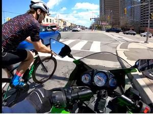 Bikers Tabrak Pesepeda yang Mau Belok, Siapa yang Salah?