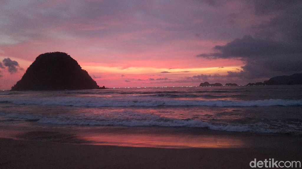 Cantiknya Sunset di Pulau Merah Banyuwangi