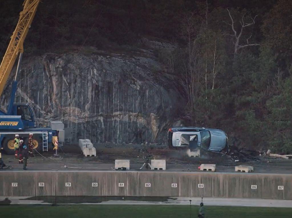 Puluhan Mobil Volvo Dijatuhkan dari Ketinggian 30 Meter, Buat Apa Ya?