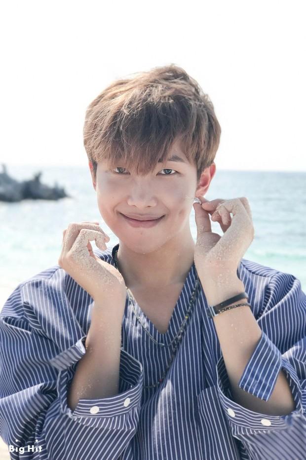 RM Terlihat Bahagia Memegang Kepiting/ Foto: Kissasian