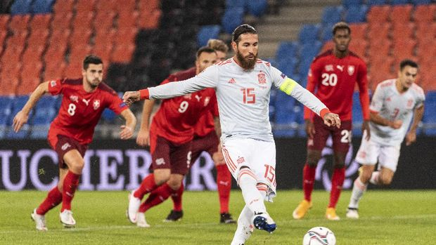 Spain's Sergio Ramos, center, shoots a penalty during the UEFA Nations League soccer match between Switzerland and Spain at the St. Jakob-Park stadium in Basel, Switzerland, Saturday Nov. 14, 2020. Ramos' shot was blocked by Switzerland's goalkeeper, Yann Sommer. (Alessandro della Valle/Keystone via AP)