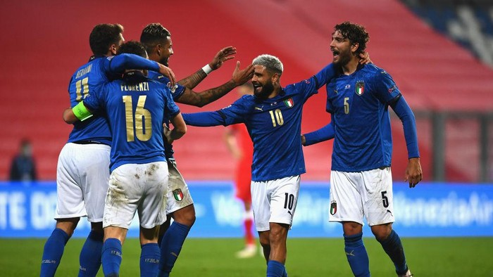 REGGIO NELLEMILIA, ITALY - NOVEMBER 15:  Domenico Berardi of Italy celebrates with team-mates after scoring the goal during the UEFA Nations League group stage match between Italy and Poland at Mapei Stadium - Citta del Tricolore on November 15, 2020 in Reggio nellEmilia, Italy.  (Photo by Claudio Villa/Getty Images)