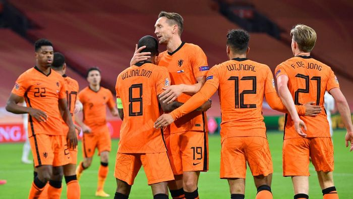 AMSTERDAM, NETHERLANDS - NOVEMBER 15: Georginio Wijnaldum of Netherlands celebrates with teammates Luuk de Jong, Owen Wijndal and Frenkie de Jong of Netherlands after scoring his teams first goal during the UEFA Nations League group stage match between Netherlands and Bosnia-Herzegovina at Johan Cruijff Arena on November 15, 2020 in Amsterdam, Netherlands. Football Stadiums around Europe remain empty due to the Coronavirus Pandemic as Government social distancing laws prohibit fans inside venues resulting in fixtures being played behind closed doors. (Photo by John Thys - Pool/Getty Images)