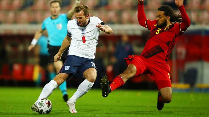 HEVERLEE, BELGIUM - NOVEMBER 15: Harry Kane of England shoots under pressure from Jason Denayer of Belgium during the UEFA Nations League group stage match between Belgium and England at King Power at Den Dreef Stadion on November 15, 2020 in Heverlee, Belgium. Football Stadiums around Europe remain empty due to the Coronavirus Pandemic as Government social distancing laws prohibit fans inside venues resulting in fixtures being played behind closed doors. (Photo by Dean Mouhtaropoulos/Getty Images)
