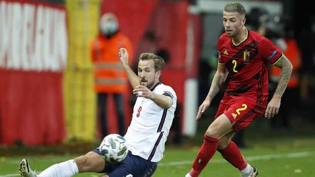 England's Harry Kane, left, plays at the ball as Belgium's Toby Alderweireld watches during the UEFA Nations League soccer match between Belgium and England at the King Power stadium in Leuven, Belgium, Sunday, Nov. 15, 2020. (AP Photo/Francisco Seco)