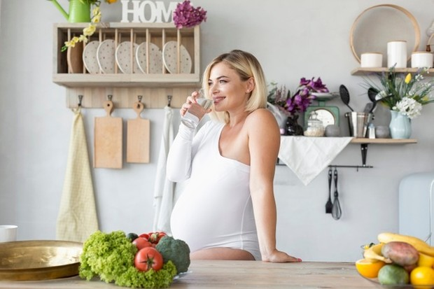 Hidrasi sangat penting, terutama saat seseorang hamil. Air memainkan peran penting dalam perkembangan si kecil dan juga membantu membentuk plasenta dan kantung ketuban.