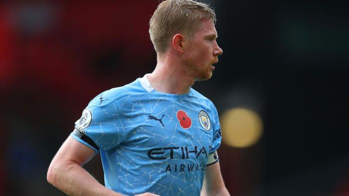 SHEFFIELD, ENGLAND - OCTOBER 31: A detailed view of a Poppy is seen on Kevin De Bruyne of Manchester Citys shirt ahead of Armistice Day during the Premier League match between Sheffield United and Manchester City at Bramall Lane on October 31, 2020 in Sheffield, England. Sporting stadiums around the UK remain under strict restrictions due to the Coronavirus Pandemic as Government social distancing laws prohibit fans inside venues resulting in games being played behind closed doors. (Photo by Catherine Ivill/Getty Images)