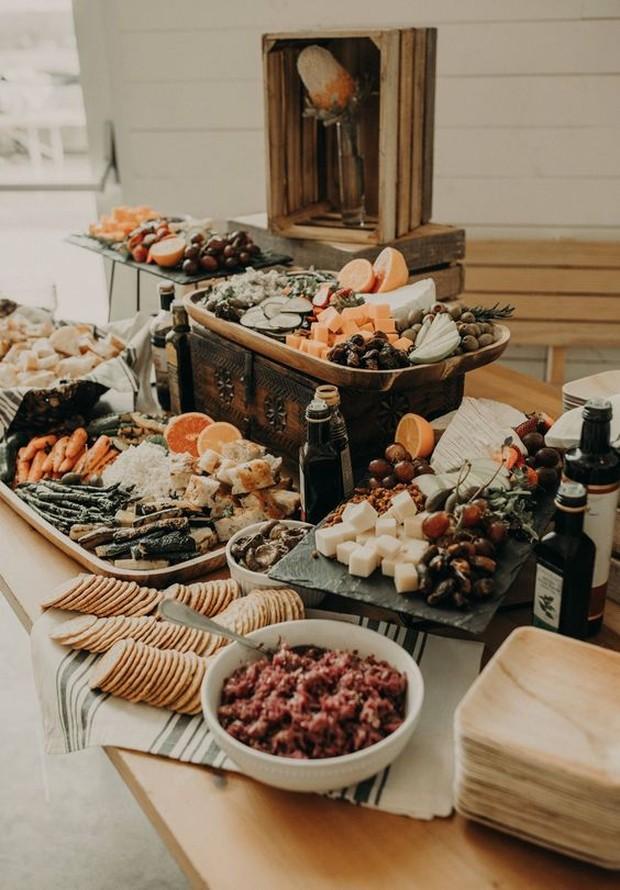 Untuk menghargai vendor dalam hari pernikahan, siapkan makanan yang lebih.