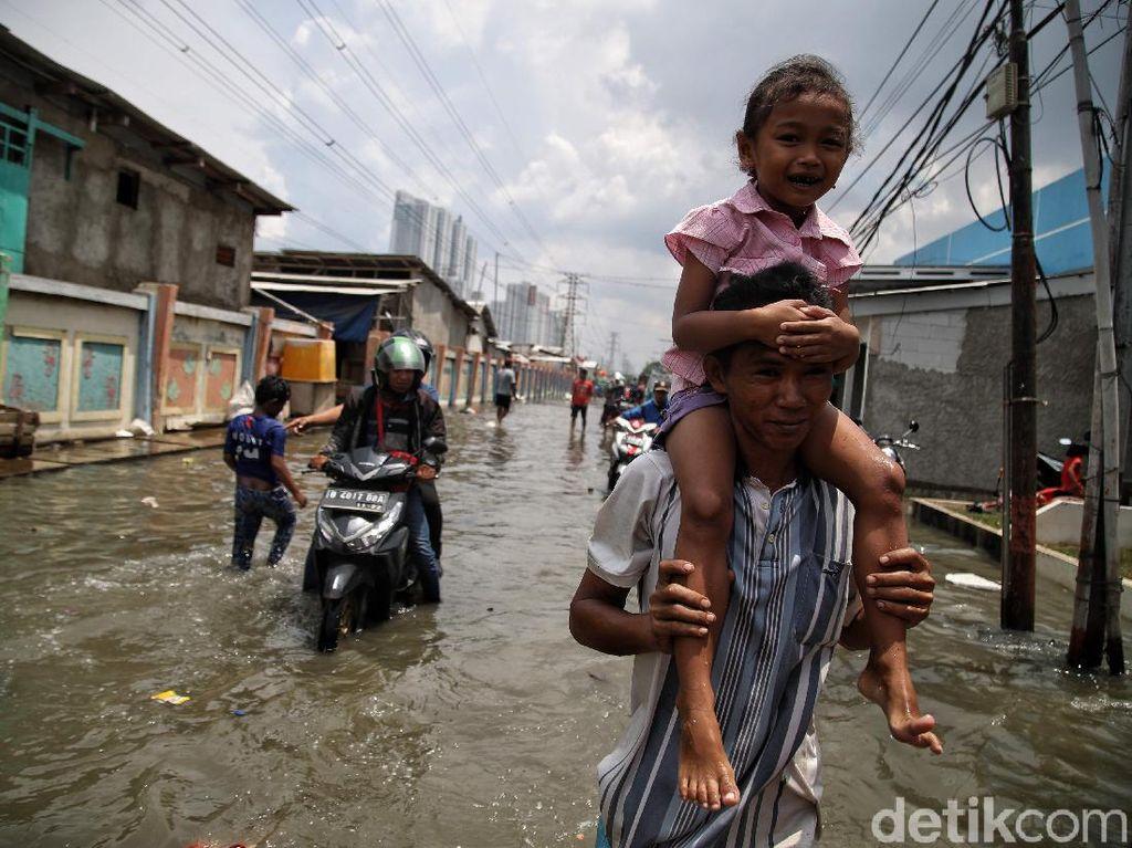 Potret Kehidupan Warga Pesisir Jakarta Saat Rob Melanda
