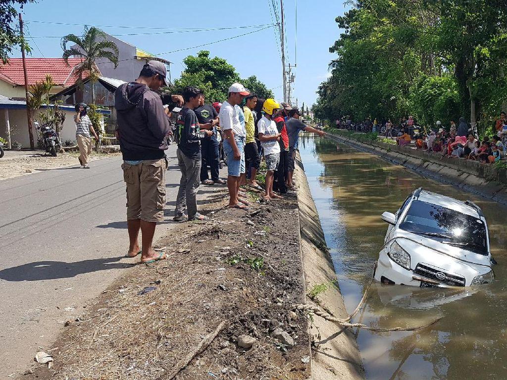 Hendak Antar Pengantin, Mobil Pejabat Terjun ke Saluran Irigasi di Polman