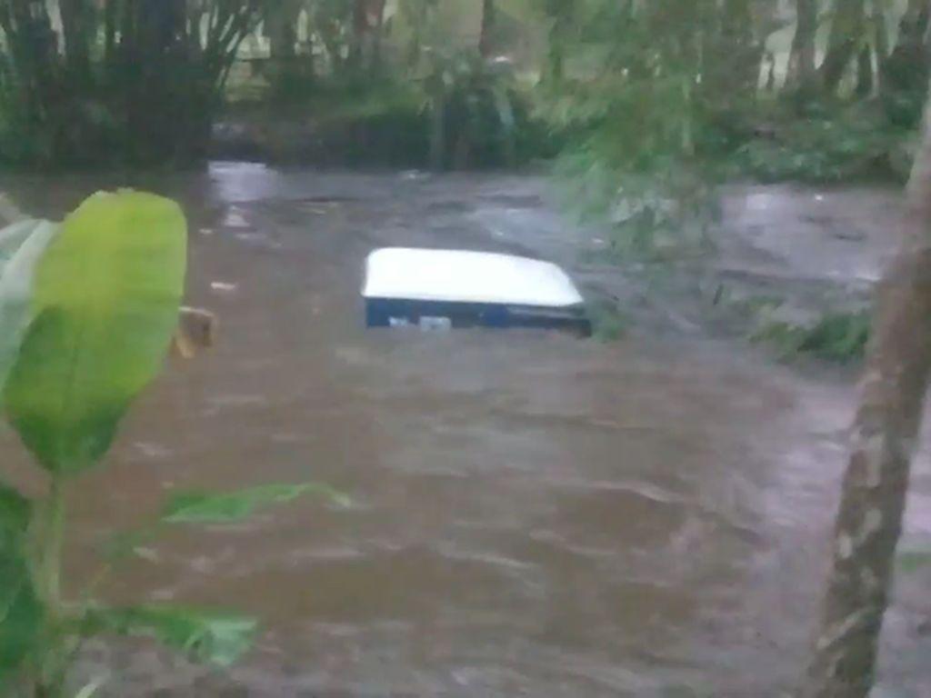 2 Mobil Offroad di Lumajang Terseret Arus Sungai yang Tiba-tiba Meluap