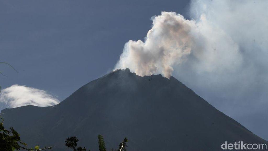 Potret Gunung Merapi Hari Ini Saat Hembuskan Asap Putih