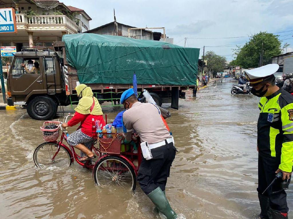 Banjir Rob di Muara Baru-Sunda Kelapa, Polisi Turun Tangan Bantu Warga