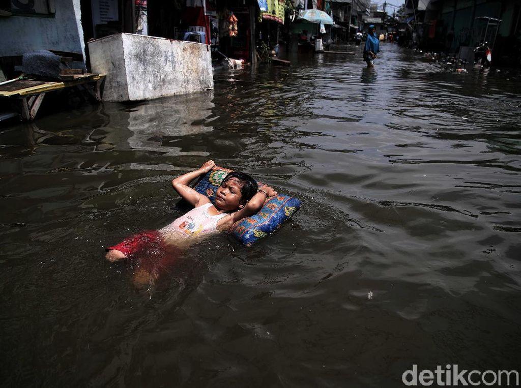Potret Banjir Rob Jadi Hiburan Anak-anak di Utara Jakarta