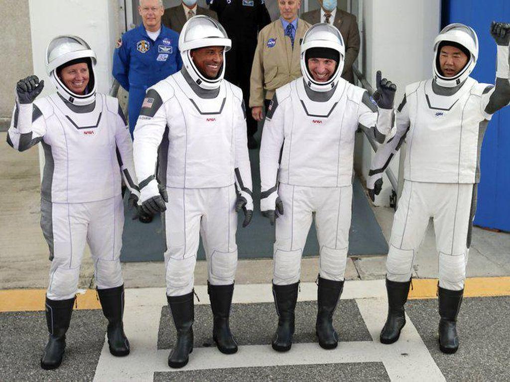 SpaceX Luncurkan 4 Astronot ke Stasiun Luar Angkasa