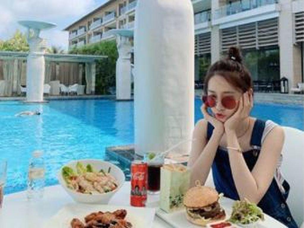 10 Pose Cantik Yoona SNSD Saat Ngopi dan Bikin Kue
