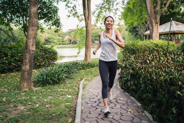 Dengan olahraga teratur, seperti jalan kaki, jogging, berenang dan bersepeda terbukti dapat mengurangi gejala kecemasan dan depresi.