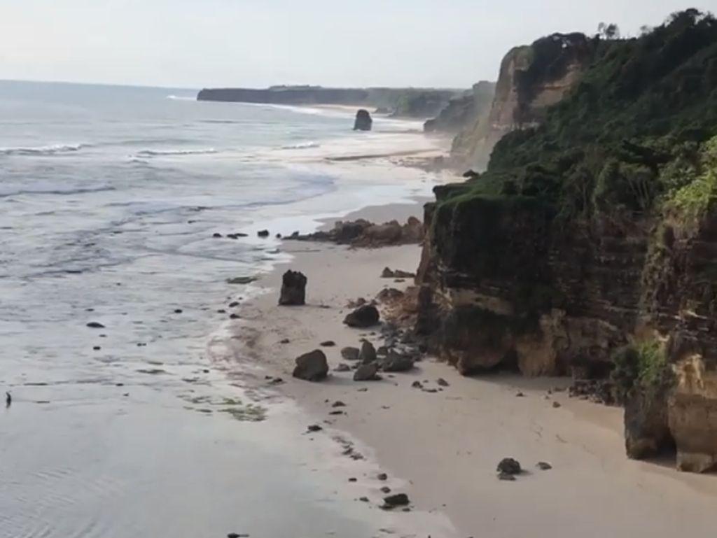 Batu Cincin Ikonik Pantai Mbawana Runtuh, Diduga Akibat Gempa dan Ombak