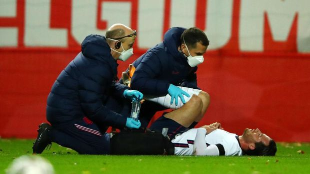 HEVERLEE, BELGIUM - NOVEMBER 15: Ben Chilwell of England receives medical treatment during the UEFA Nations League group stage match between Belgium and England at King Power at Den Dreef Stadion on November 15, 2020 in Heverlee, Belgium. Football Stadiums around Europe remain empty due to the Coronavirus Pandemic as Government social distancing laws prohibit fans inside venues resulting in fixtures being played behind closed doors. (Photo by Dean Mouhtaropoulos/Getty Images)