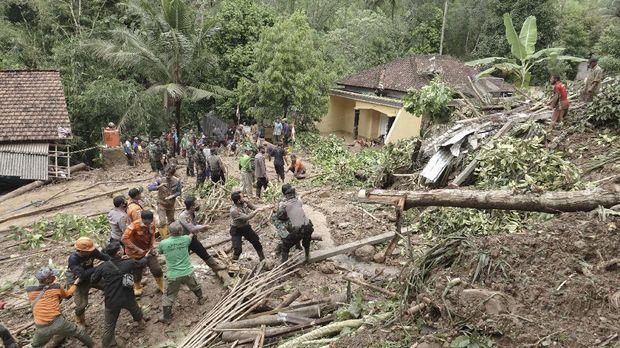 Sejumlah petugas dan relawan dibantu oleh warga, melakukan proses pencarian korban longsor di Desa Banjarpanepen, Sumpiuh, Banyumas, Jateng, Selasa (17/11/2020). Empat orang meninggal dunia tertimbun material longsor dari tebing setinggi 30 meter yang menimpa tiga rumah warga, dengan jarak luncuran mencapai satu kilometer. Hingga Selasa (17/11) tim SAR dan warga telah menemukan satu korban dan masih melakukan pencarian terhadap tiga korban lainya. ANTARA FOTO/Idhad Zakaria/aww.