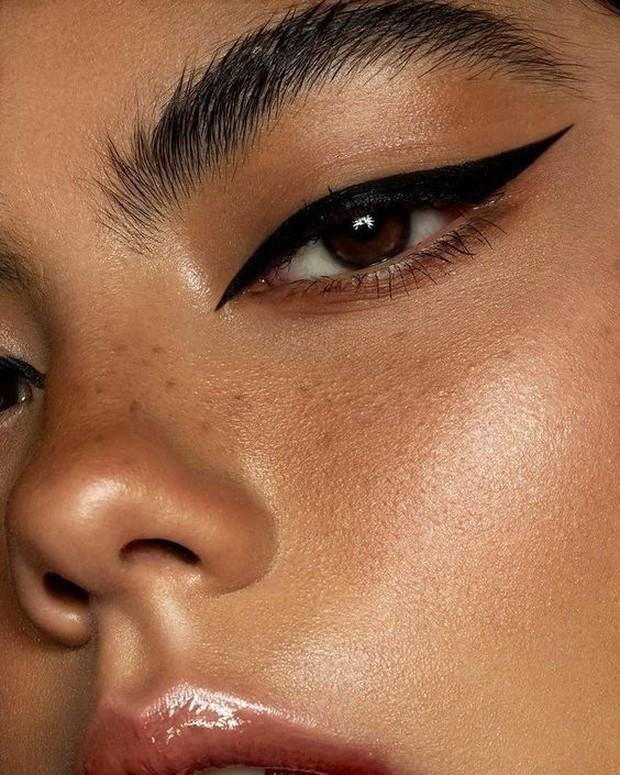 Pemilik mata mono eyelid, bisa menggunakan gaya eyeliner ini