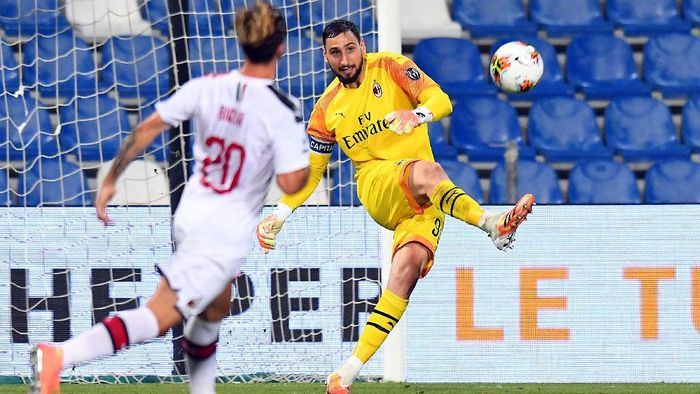 REGGIO NELLEMILIA, ITALY - JULY 21: Gianluigi Donnarumma of AC Milan in action during the Serie A match between US Sassuolo and AC Milan at Mapei Stadium - Città del Tricolore on July 21, 2020 in Reggio nellEmilia, Italy. (Photo by Alessandro Sabattini/Getty Images)