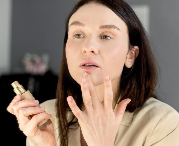 Jika ingin menggunakan riasan wajah, kamu harus memilih produk makeup dengan bahan dasar yang dapat meningkatkan tekstur kulit sekaligus memberikan perlindungan.