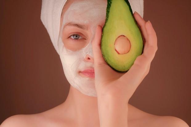 Masker berbahan alpukat kaya akan lemak baik, dicampur madu kaya antioksidan, serta minyak alami kacang almond sebagai pengelupas lembut, membersihkan kulit mati, dan kotoran.