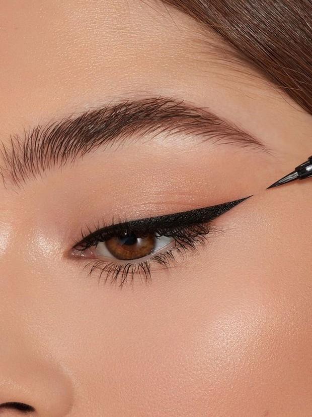 Pemilik maya sayu bisa menggunaka gaya eyeliner begini