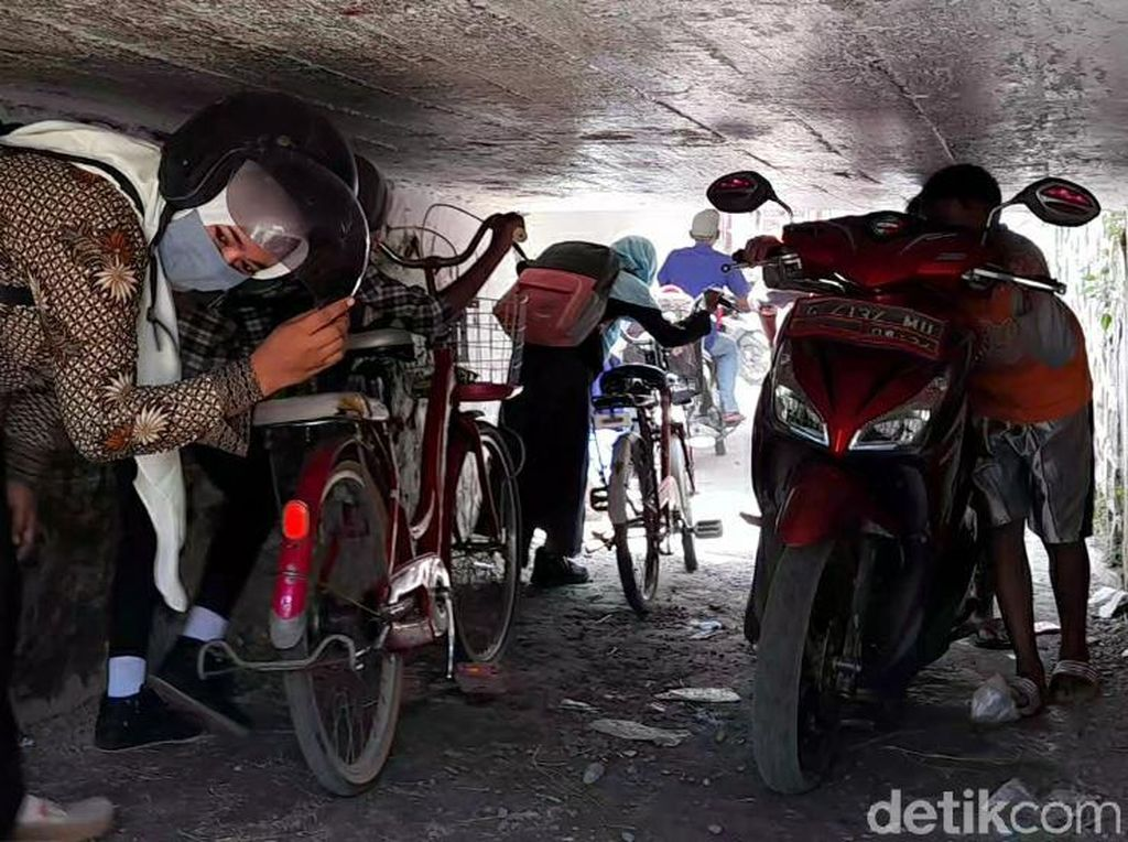 Ini Dia Terowongan Viral yang Bikin Pemotor Nunduk hingga Rebahan