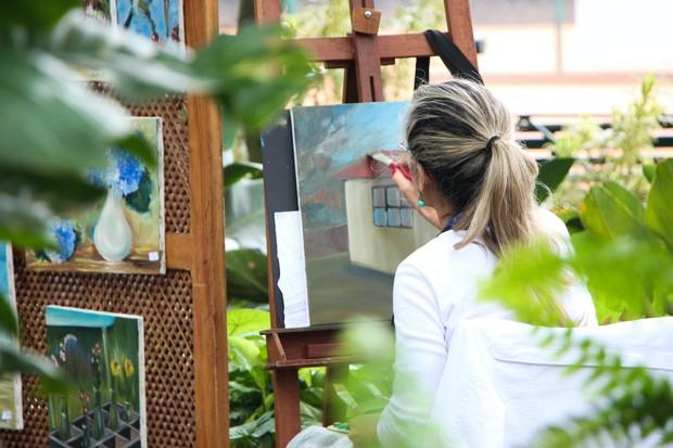 Jika kamu memiliki hobi melukis, membaca buku atau fotografi, luangkan waktu untuk menjauh dari kesibukan dengan fokus pada hobi atau aktivitas yang kamu sukai.