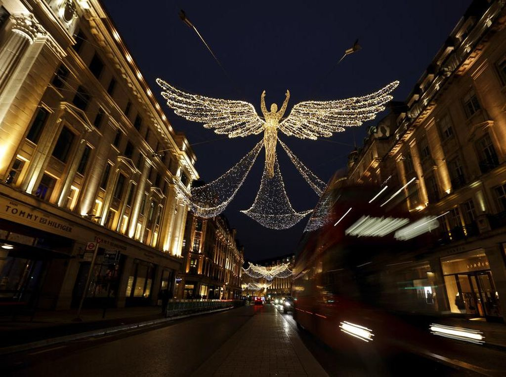 Lampu Natal Bersayap Hiasi Jalan di London