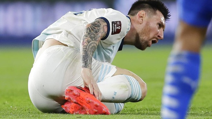 Argentinas Lionel Messi holds his leg during a qualifying soccer match against Paraguay for the FIFA World Cup Qatar 2022 in Buenos Aires, Argentina, Thursday, Nov. 12, 2020.(Juan Roncoroni, Pool via AP)