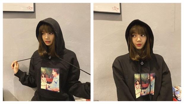 Lisa BLACKPINK memakai hoodie dengan foto masa kecilnya bersama sang ayah tiri