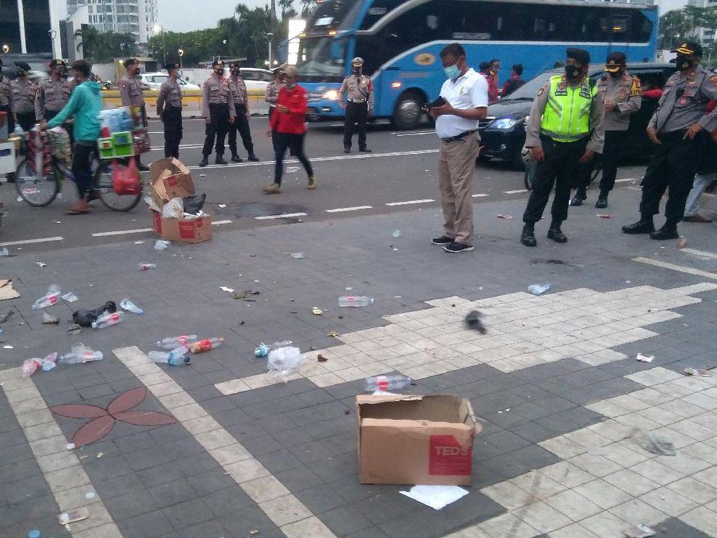 Massa Demo di Kemdikbud Bubar, PPSU Bersihkan Sampah