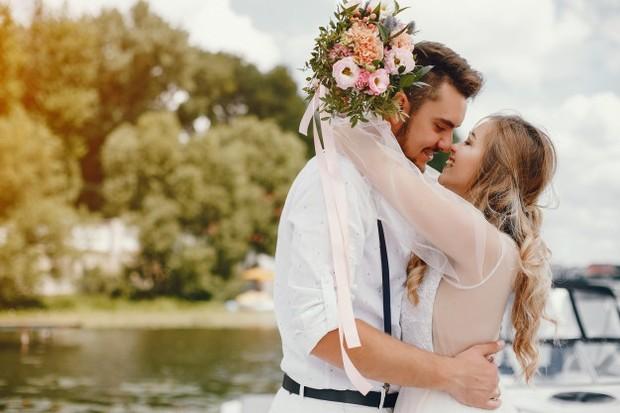 Meskipun ini kembali lagi ke kepribadian pasangan, kamu harus mengakui bahwa pria dengan usia muda mempunyai kecenderungan untuk mencoba hal baru yang menantang.