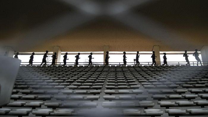 Pesepak bola Timnas U-19 berlatih di Stadion Madya, Kompleks Gelora Bung Karno Senayan, Jakarta, Selasa (17/11/2020). Sebanyak 38 pemain Timnas Indonesia U-19 menjalani pemusatan latihan di Stadion Madya, Jakarta pada 16 hingga 23 November 2020. ANTARA FOTO/Galih Pradipta/aww.