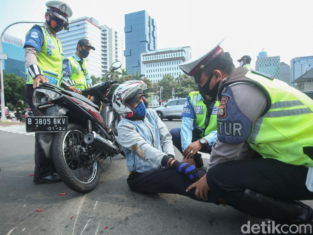 Polisi Bantu Korban Kecelakaan Lantas di Patung Kuda