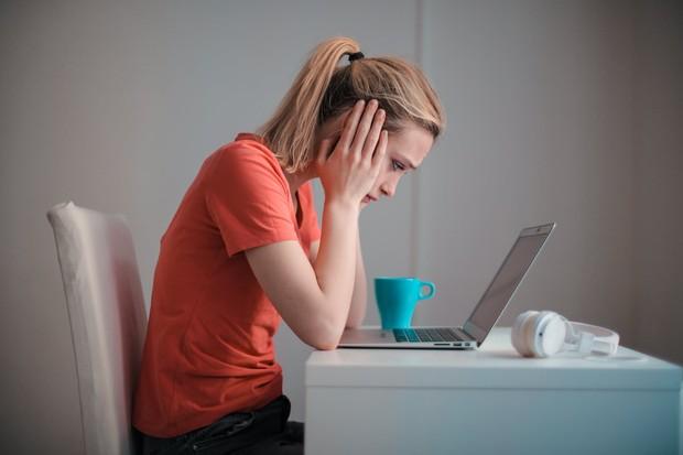 Di tengah pandemi ini, para mahasiswa pasti jadi lebih sering menonton tayangan televisi atau memainkan game di gadget mereka.