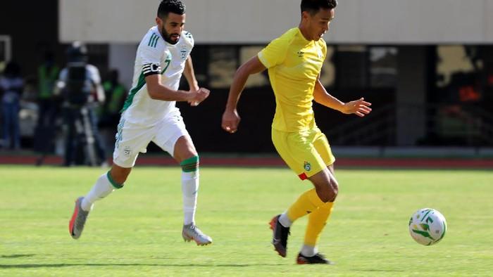 Riyad Mahrez mencetak gol saat Timnas Aljazair bersua Zimbabwe di Kualifikasi Piala Afrika 2021.