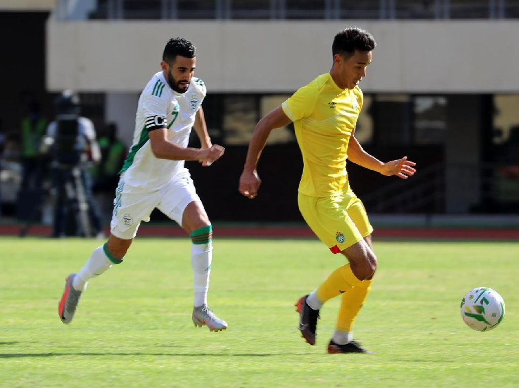 Riyad Mahrez Cetak Gol Aduhai yang Bikin Fans Terpana
